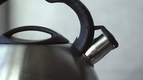 La bouilloire avec l'eau bouillante clips vidéos