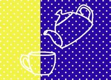 La bouilloire verse l'eau dans la tasse Fond bleu et jaune, en pois blancs Photos stock