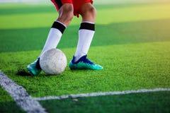 La boule asiatique de pousse de footballeur d'enfant photo libre de droits