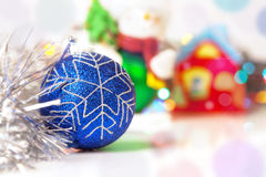 La boule bleue de Christmass avec le scintillement de fête blury allume le backgroun Image stock