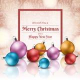 La boule colorée de Noël a placé avec le cadre rouge pour des messages de vacances Photos libres de droits