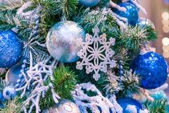 La boule d'ornement de Noël pour le festival de nouvelle année de Noël décorent sur le fond de pin Photo stock