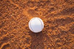 La boule de base-ball sur le monticule de brocs Images libres de droits