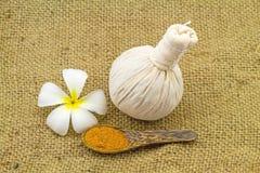 La boule de compression de fines herbes de station thermale, frangipani blanc fleurit (Plumeria Image libre de droits