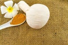 La boule de compression de fines herbes de station thermale, le frangipani blanc fleurit Image stock