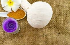 La boule de compression de fines herbes de station thermale, le frangipani blanc fleurit Images libres de droits