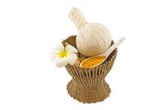 La boule de compression de fines herbes de station thermale, le frangipani blanc fleurit dans le concept de station thermale Photographie stock libre de droits