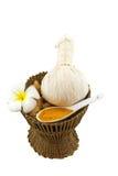 La boule de compression de fines herbes de station thermale, le frangipani blanc fleurit sur le blanc Enregistré avec le chemin d Images stock