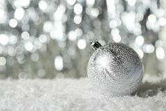 La boule de Noël sur le fond de lumières, se ferment  Photos stock