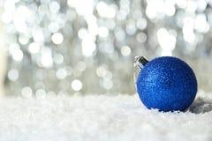 La boule de Noël sur le fond de lumières, se ferment  Image stock