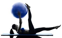 La boule de pilates de femme exerce la forme physique d'isolement Photographie stock