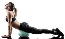 La boule molle de forme physique de pilates de femme exerce la silhouette d'isolement image libre de droits