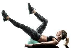 La boule molle de forme physique de pilates de femme exerce la silhouette d'isolement photographie stock