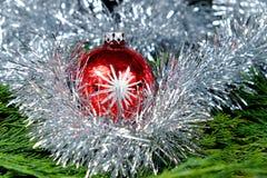 La boule rouge de Noël avec de l'argent se tient le premier rôle autour de elle Photo stock