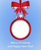 La boule rouge de Noël avec l'arc cutted du papier sur le fond bleu Photographie stock