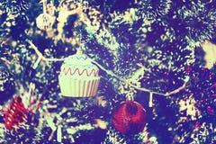 La boule rouge et la tasse de MAS du ` X durcissent la décoration sur l'arbre de Noël Image libre de droits