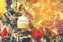 La boule rouge et la tasse de MAS du ` X durcissent la décoration sur l'arbre de Noël Photos libres de droits