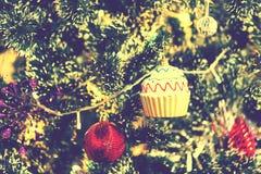 La boule rouge et la tasse de MAS du ` X durcissent la décoration sur l'arbre de Noël Image stock