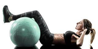 La boule suisse de forme physique de pilates de femme exerce la silhouette d'isolement photos libres de droits