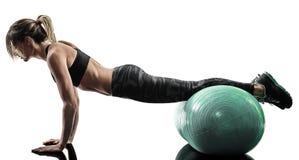 La boule suisse de forme physique de pilates de femme exerce la silhouette d'isolement photos stock