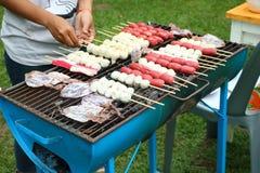 La boule thaïlandaise de porc et la saucisse rouge ont grillé sur le fourneau par le charbon de bois en campant Photo stock