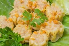 La boulette chinoise cuite à la vapeur Shumai a servi dans le style thaïlandais avec l'ail frit images libres de droits