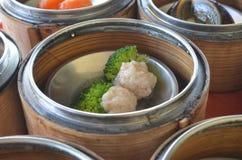 La boulette effectuent avec du porc et le broccoli. photo libre de droits