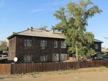 La Bouriatie, Oulan-Oude, A grand, vieille maison en bois photographie stock libre de droits