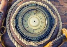 La boussole et les armes du bateau gyroscopique antique image libre de droits