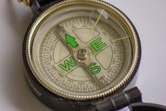 La boussole un outil pr?cieux une fois ? diriger, il indique la mani?re, la direction aurait besoin d'une boussole pendant la vie images libres de droits
