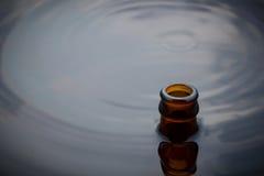 La bouteille à bière montent l'eau Image libre de droits