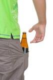 La bouteille avec une boisson se situe dans une poche Photos stock
