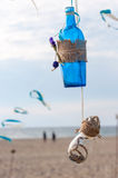 La bouteille bleue et l'osier de vintage décoratif cognent avec Photos stock