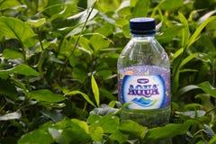 La bouteille d'Aqua est une marque indonésienne de l'eau minérale photo stock