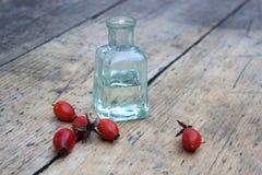 La bouteille d'huile de hanche rose Photographie stock