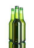 La bouteille de bière sur la table blanche de fond et de miroir de softbox Photographie stock libre de droits