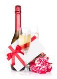 La bouteille de Champagne, deux roses en verre, de lettre et de rouge fleurit Images stock