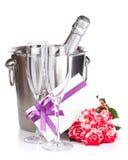 La bouteille de Champagne, deux roses en verre, de lettre et de rouge fleurit Photo stock