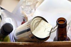 La bouteille de vin, bouteille à bière et peut dans une boîte de déchets domestiques d'emballage prêts pour la réutilisation La r photos stock
