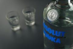 La bouteille de vodka d'Absolut et les verres à liqueur image libre de droits