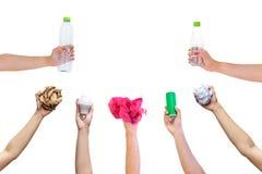 La bouteille en plastique de main de prise de symbole recyclable d'exposition a employé l'ampoule en boîte de papier photos stock
