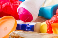 La bouteille en plastique réutilisent dedans la poubelle, concept de gestion des déchets image stock