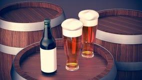 La bouteille et le verre à bière wodden dessus le baril photographie stock libre de droits