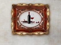 La bouteille et le verre wine dans le vieux cadre de tableau sur le fond de marbre Image stock