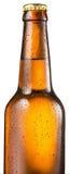 La bouteille froide de bière avec de l'eau condensated se laisse tomber là-dessus photos stock