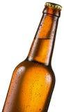 La bouteille froide de bière avec de l'eau condensated se laisse tomber là-dessus image stock