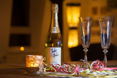 La bouteille sèche moyenne de champagne de Jules Mumm se tient sur une table Photo stock