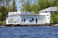 La boutique de cadeaux bleue de héron, Kenora, de l'eau du lac des bois Images stock