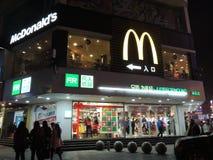 La boutique de McDonald dans des décorations de la Chine et de Noël Photographie stock libre de droits