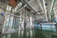 La boutique de rectification Colonnes de distillation argentées image stock
